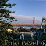 El puente del 25 de Abril visto desde el barrio Alto de Santo Amaro. LISBOA. Portugal