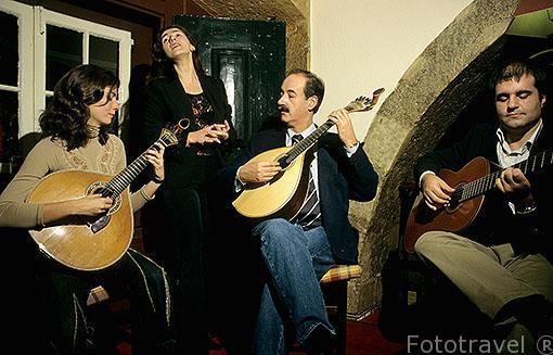 """Cantantes de """"Fado"""" (surge en el s. XIX y proviene del latin: Factum). En el restaurante-bar Clube de Fado. LISBOA. Portugal"""