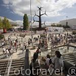 Deportistas junto al centro comercial Vasco da Gama. Maraton organizada en el parque de las Naciones. Ciudad de LISBOA. Portugal