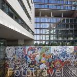 Mosaicos con dibujos de comics coloridos junto al hotel Vip Arts en la Av. Joao II. Parque de las Naciones. LISBOA. Portugal