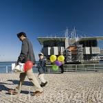 Visitantes junto al Oceanario. Parque de las Naciones. LISBOA. Portugal