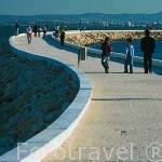 Paseo maritimo que recorre junto al rio Tajo la Expo del 98. Parque de las Naciones. LISBOA. Portugal