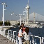 Una pareja en el paseo maritimo que recorre junto al rio Tajo la Expo del 98. Parque de las Naciones. LISBOA. Portugal