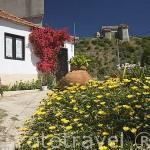 Pueblo de SANTO AMARO. En lo alto el castillo de Ourem, cerca de Fatima. Portugal