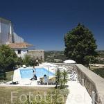 Servicio de camarero en la piscina de la Pousada de Ourem con vistas al valle y al nuevo Ourem. Portugal