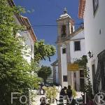 Estrecha calle frente a la iglesia. Pueblo amurallado de OUREM. Portuga