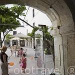 Patio con naranjos y niños jugando con globos. Pousada del castillo de Pamela. PALMELA. Portugal