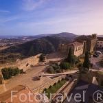 Vista de la Pousada del Castillo de Pamela desde lo alto del torreon del castillo. Al fondo al sierra de Arrabida. PALMELA. Portugal