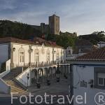 Ayuntamiento y al fondo el castillo de Pamela. Pueblo de PALMELA. Portugal