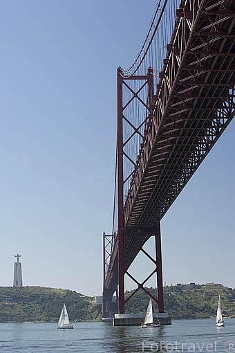 Veleros y el puente 25 de Abril atravesando el rio Tajo a su paso por la ciudad de LISBOA, junto a las Docas de Alcantara. Portugal