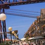 Paseando junto a los restaurantes y bares en las docas de Alcantara. Por encima el puente 25 de Abril. LISBOA. Portugal