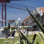 Restaurantes y bares en las docas de Alcantara. Por encima el puente 25 de Abril. LISBOA. Portugal