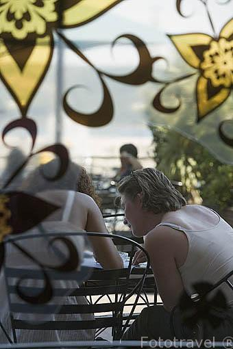 Tomando un aperitivo en la terraza del restaurante Bar Havana. Docas de Alcantara. LISBOA. Portugal