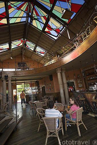 Interior del restaurante Espalha Brasas y camarera en las Docas de Alcantara. LISBOA. Portugal
