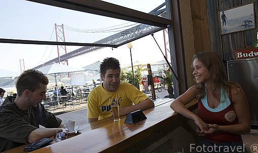 Tomando unos refrescos en el bar / restaurante Bar Hawaii. Docas de Alcantara. LISBOA. Portugal