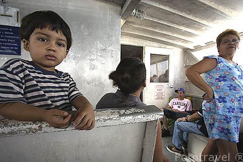 Interior de un ferry y gente. Trayecto isla de Vieques - Fajardo. PUERTO RICO