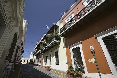 Casas de estilo colonial en la calle del Cristo. Ciudad vieja de SAN JUAN. Puerto Rico