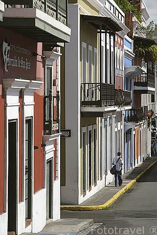 Calle San José y casas coloridas de estilo colonial. Ciudad vieja de SAN JUAN. Puerto Rico