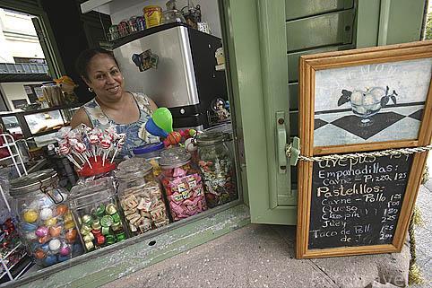 Caramelos y otras chucherias en un puesto de de venta en la plaza de Armas. Ciudad vieja de SAN JUAN. Puerto Rico