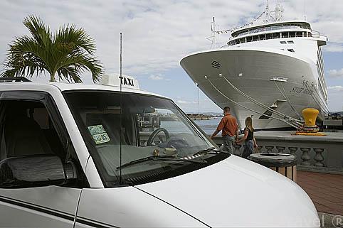 Taxi y crucero en el muelle de SAN JUAN. Puerto Rico