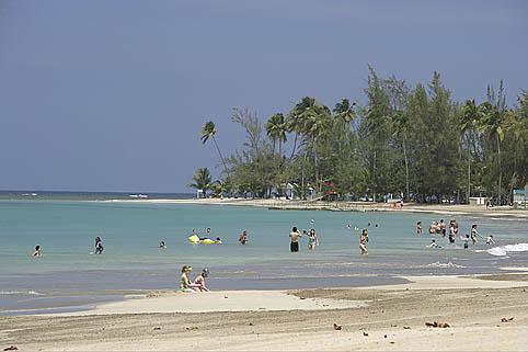 Bañistas en la playa de LUQUILLO. Al Noreste de Puerto Rico