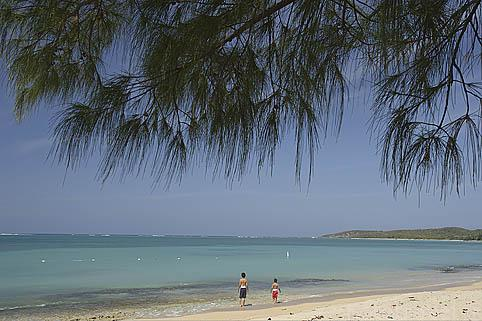 Niños jugando en la playa de Seven Seas. FAJARDO. Al Noreste de Puerto Rico