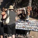 Vendedores ambulantes y ojos azules (Nazar Boncugv) junto a la fortaleza. (Velvet fortress), antiguo monte Pagos. Ciudad de ESMIRNA / IZMIR. Egeo. Turquia