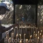 Gente poniendo velas junto a la casa de la Virgen Maia, en el campo de Panaya Kapulu, cerca de las ruinas de EFESO / EPHESUS. Egeo. Turquia