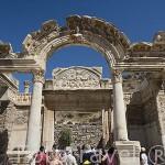 Templo de Adriano de estilo corintio, 138 d.C, con un fronton con la diosa Tyche, guardiana de la ciudad, en la calle de los Curetes. Ruinas de EFESO / EPHESUS. Egeo. Turquia