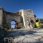 Puerta de la Persecución con dos torres es la entrada a la Basilica bizantina, s.VI d.C. Cerca de las ruinas de EFESO / EPHESUS. Egeo. Turquia