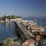 Barcos turisticos, el muelle. Aqui se refugio el pirata Barbarossa. Ciudad de KUSADASI o Isla de los Pajaros. Mar Egeo.Turquia