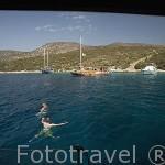 """Bañistas en el mar Egeo frente a las costas de la isla de """"Nariz de conejo"""". Turquia"""