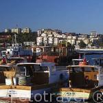 Barcos pesqueros en el muelle. Puerto de la ciudad de CANAKKALE. Mar Egeo. Turquia