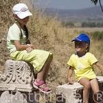 Chicos en las ruinas de EFESO / EPHESUS. Egeo. Turquia