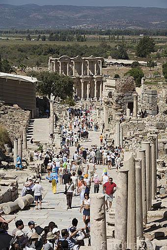 La via de Curetes conduce hasta la Biblioteca de Celso al fondo. Ruinas de EFESO / EPHESUS. Egeo. Turquia