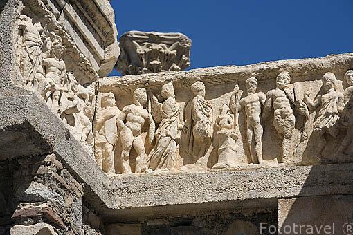 Detalle del friso. Templo de Adriano, corintio, 138 d.C, con un fronton con la diosa Tyche, guardiana de la ciudad, en la calle de los Curetes. Ruinas de EFESO / EPHESUS. Egeo. Turquia