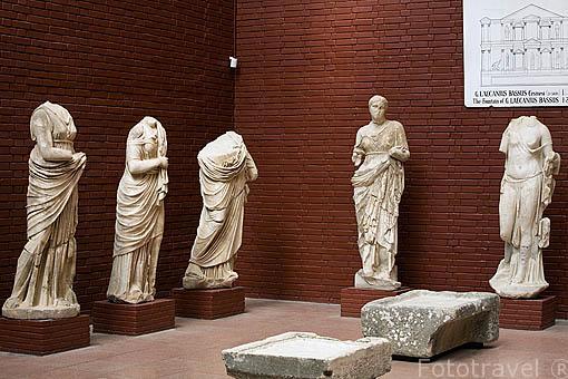 Diferentes esculturas en el Museo de EFESO / EPHESUS.Costa del mar Egeo. Turquia