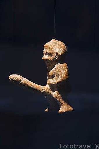 Fotografiando una escultura miniatura de Priapo, de origen egipcio, protegia a la gente mientras dormia. Museo de EFESO / EPHESUS.Costa del mar Egeo. Turquia