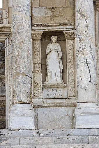 Escultura. La Biblioteca de Celso, 135 d.C. Con hornacinas con estatuas que simbolizan la Sabiduria y la Inteligencia. Ruinas de EFESO / EPHESUS. Egeo. Turquia
