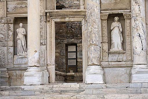 Esculturas. La Biblioteca de Celso, 135 d.C. Con hornacinas con estatuas que simbolizan la Sabiduria y la Inteligencia. Ruinas de EFESO / EPHESUS. Egeo. Turquia