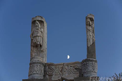 Detalle de columnas. Templo dedicado al emperador Domiciano. Ruinas de EFESO / EPHESUS. Egeo. Turquia