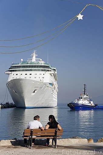 Un buque transatlantico y remolcadores. KUSADASI. Mar Egeo.Turquia