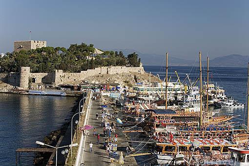 Paseo maritimo de la ciudad de KUSADASI y barcos turisticos esperando para las excursiones diarias por la islas. Mar Egeo.Turquia