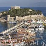 La fortaleza de KUSADASI y barcos turisticos en el muelle esperando para las excursiones diarias por la islas. Mar Egeo.Turquia