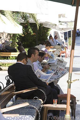 Hombres descansando con el periodico. Calle del Mercado o Karavanserai. Ciudad de KUSADASI o Isla de los Pajaros. Mar Egeo.Turquia