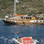 Embarcación ambulante ofrece refrescos y helados a los barcos turisticos. Islas alrededor de BODRUM, antes Halicarnaso. Costa del mar Egeo. Turquia