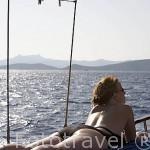 Tomando el sol en la cubierta de un barco turistico llamados Caiquen. Con salida diaria desde BODRUM, antigua Halicarnaso. Costa del mar Egeo. Turquia
