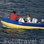 Padre e hijo en una embarcación a motor. Mar Egeo. Turquia