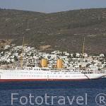 Barco privado Savarona, antiguamente propiedad del dirigente Ataturk, frente a la ciudad de BODRUM. antigua Halicarnaso. Costa del mar Egeo. Turquia
