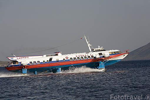 Barco ligero hydrofoil navegando entre las costas griegas y turcas. Mar Egeo